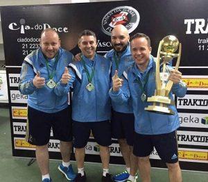 Michillin segura o troféu de campeão mundial, acompanhado dos companheiros (da esq. p/ dir) Paolo, Jefferson e Alex